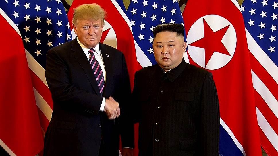 Ким Чен Ын пожимает руку Трампу