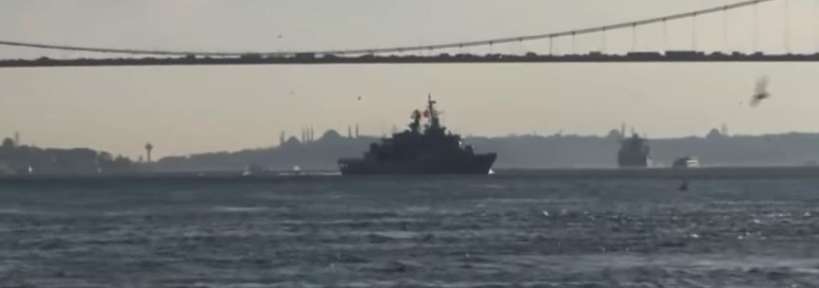Корабль на фоне Керченского моста