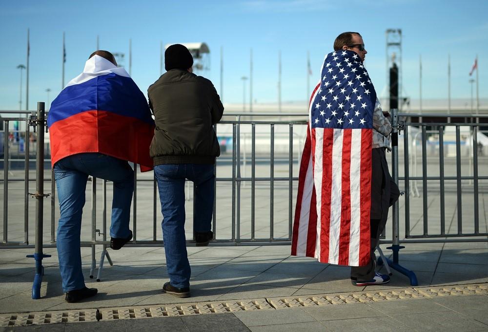 Люди с флагами США и России