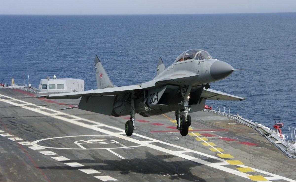 МиГ-29К взлетает с палубы авианосца
