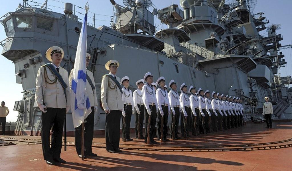 Моряки с андреевским флагом