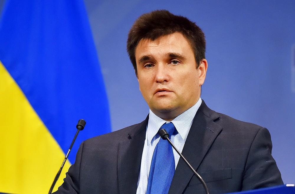 Павел Климкин на фоне флага Украины