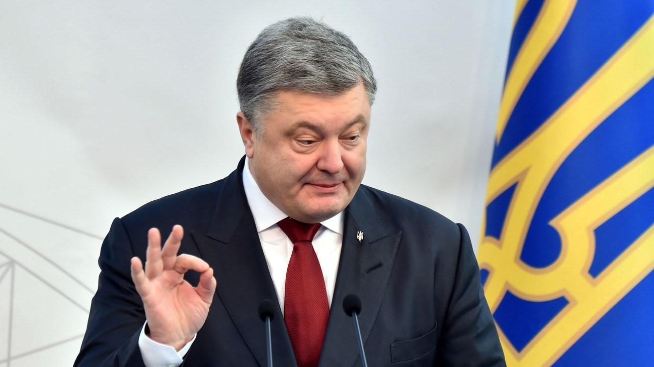 Порошенко на фоне украинского герба