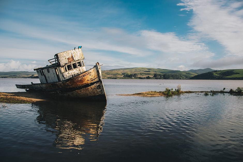 Севшая на мель яхта