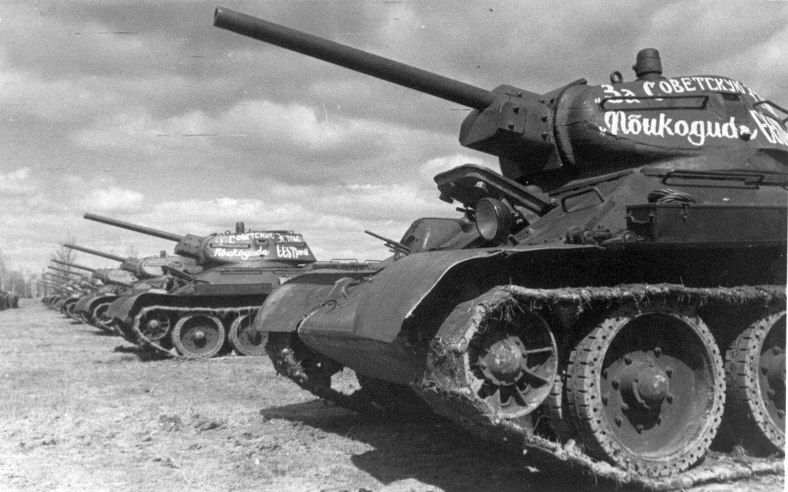 Шеренга атакующих советских танков