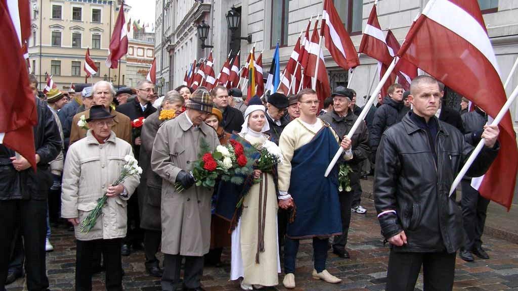 Шествие в Риге с латвийскими флагами