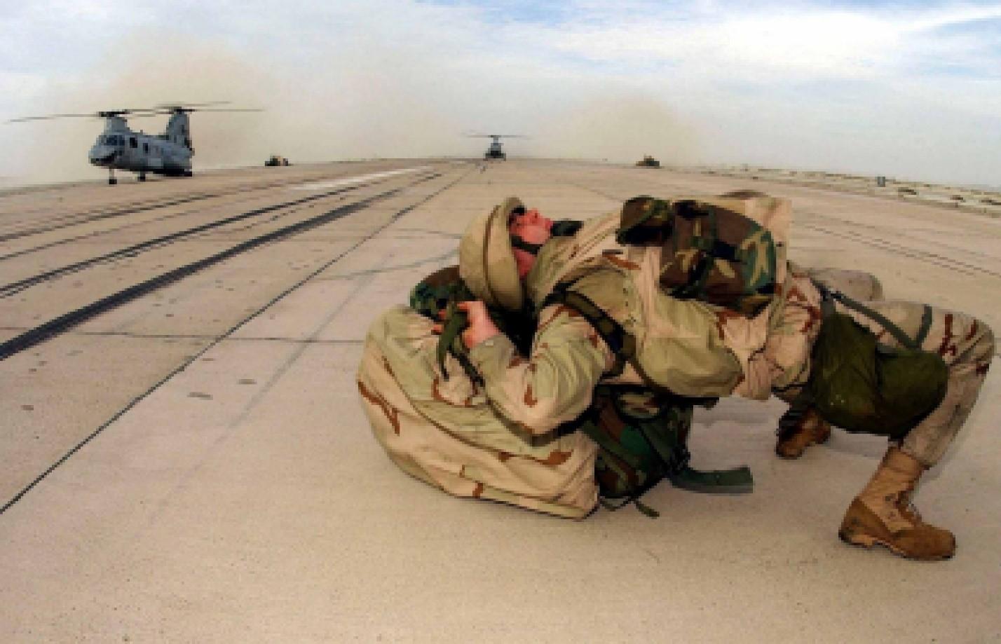 Солдат упал из-за веса рюкзака