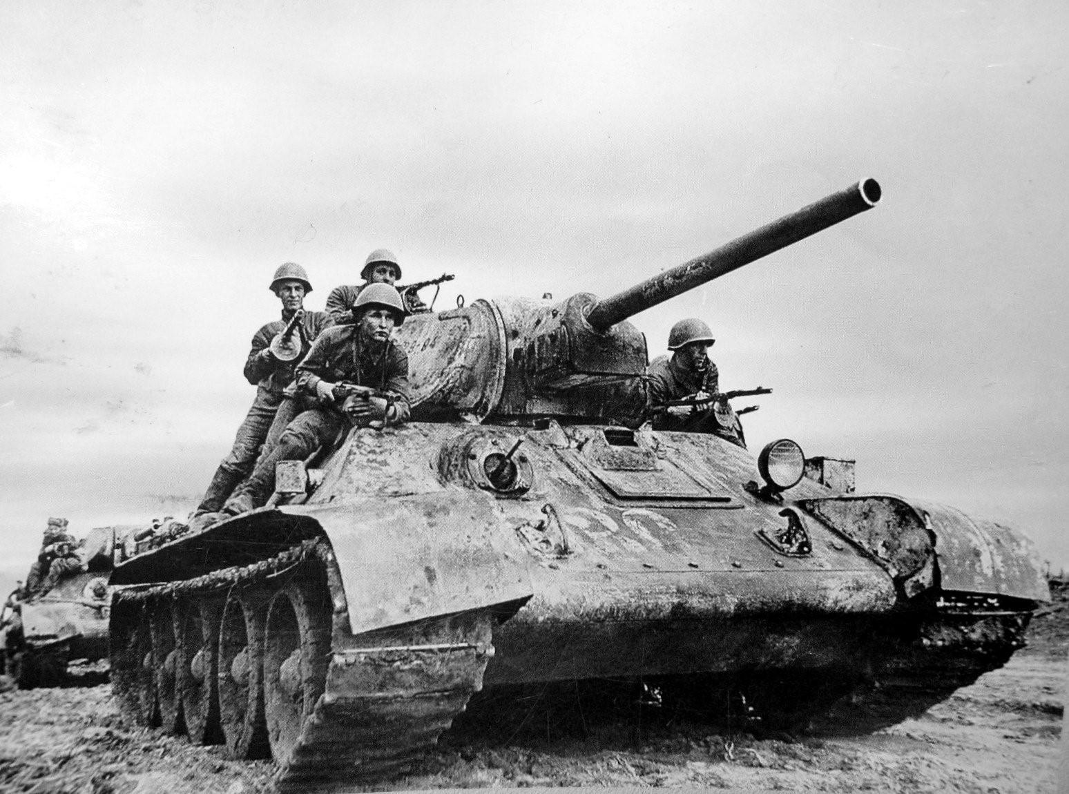 Солдаты едут на Т-34
