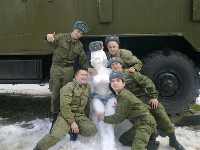 Солдаты со снеговиком