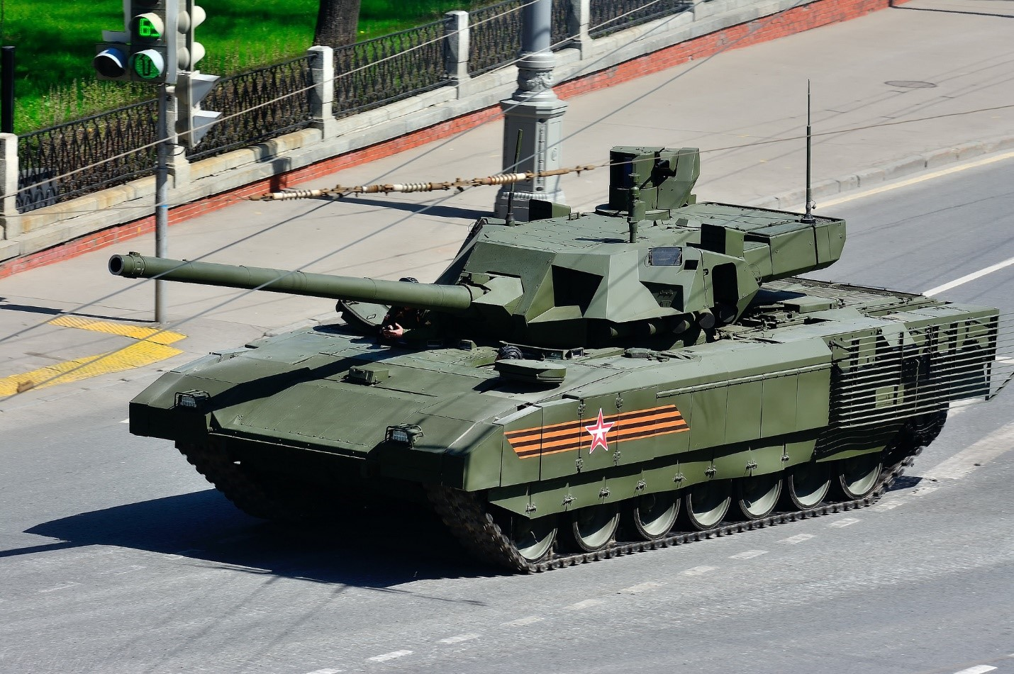 Т-14 «Армата» едет по городу