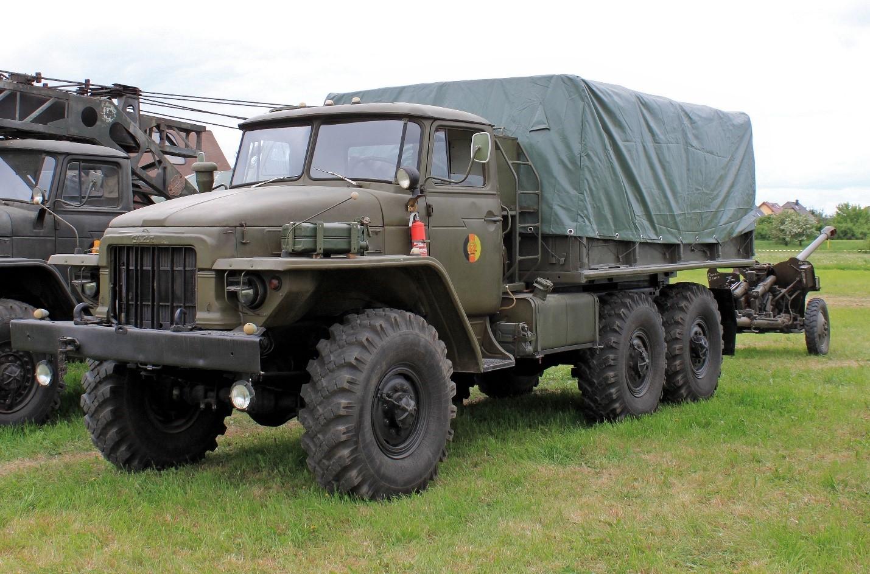 Урал-375 везет артиллерийское орудие
