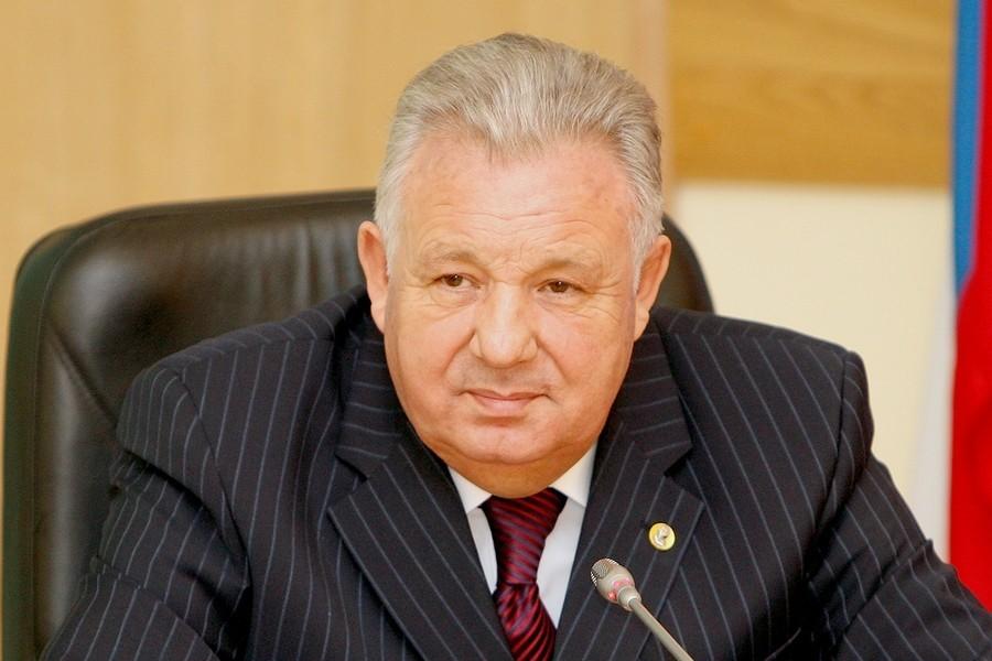 Виктор Ишаев в кабинете