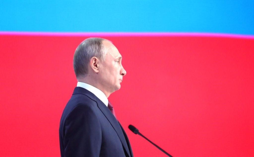 Владимир Путин у флага