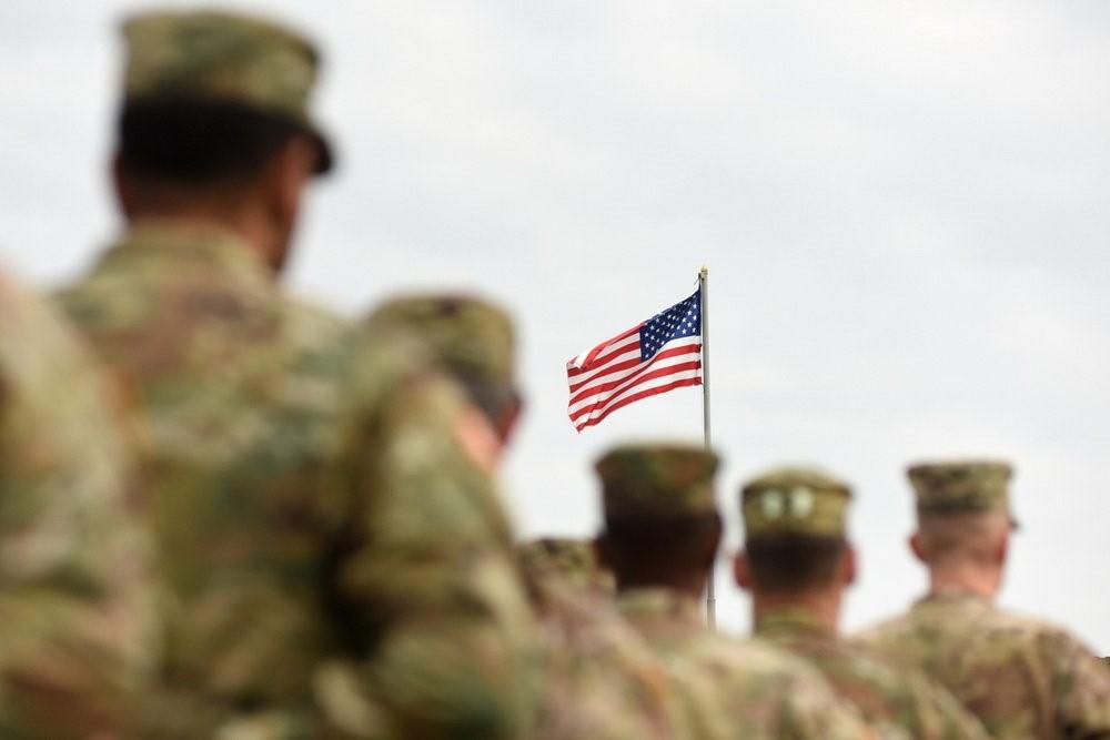 Военные с американским флагом