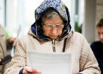 Бабушка читает новый указ