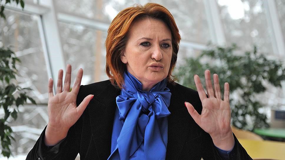 Елена Скрынник поднимает руки