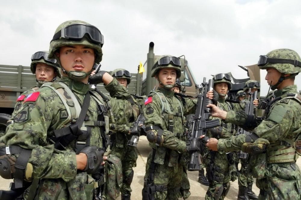 Китайские солдаты с автоматами