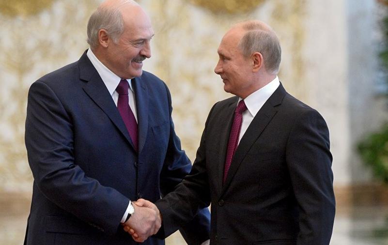 Лукашенко пожимает руку Путину