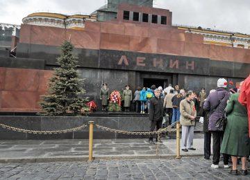 Люди у Мавзолея Ленина