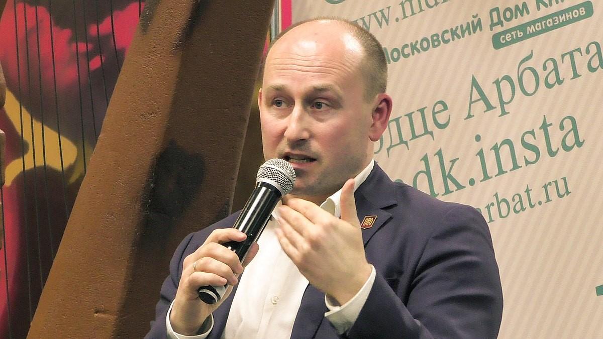 Николай Стариков с микрофоном