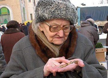 Пенсионерка, считающая последние копейки