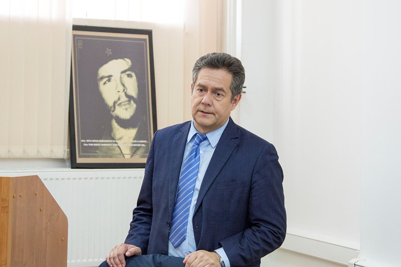 Платошкин рядом с портретом Че Гевары