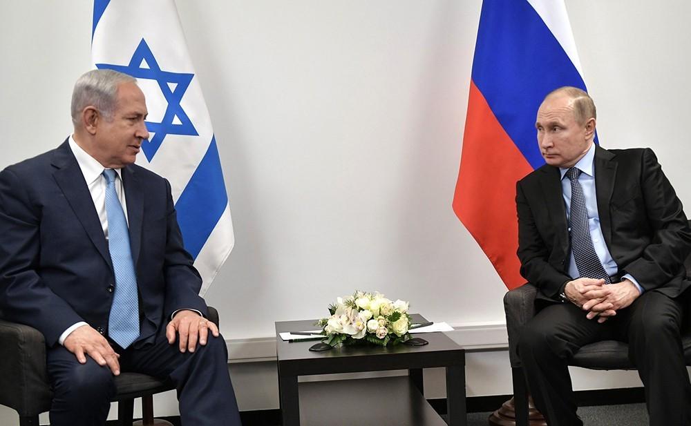 Путин и Нетаньяху сидят за столом