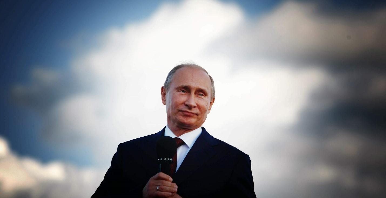 Путин с микрофоном в руке