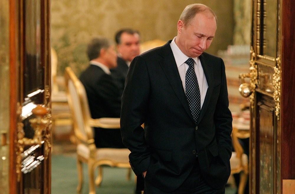 Путин выходит из кабинета