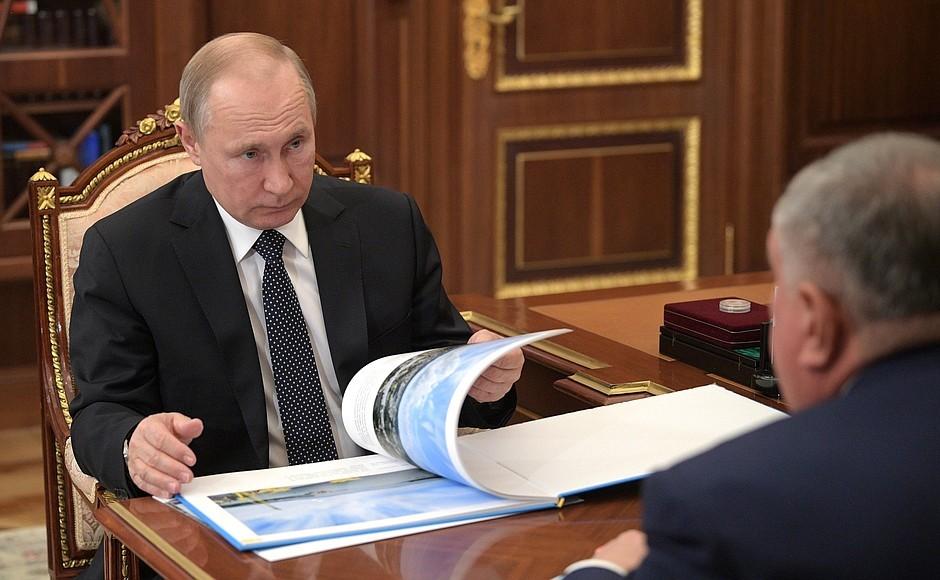 Путин выслушивает доклад чиновника