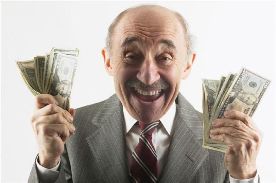 Радостный пенсионер с деньгами