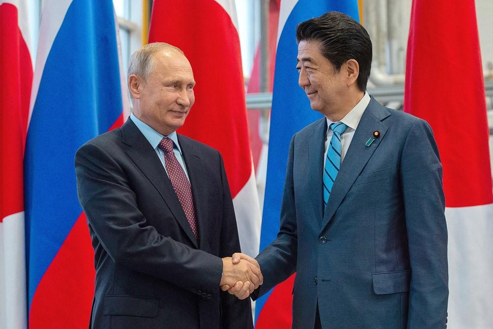 Рукопожатие Абэ и Путина