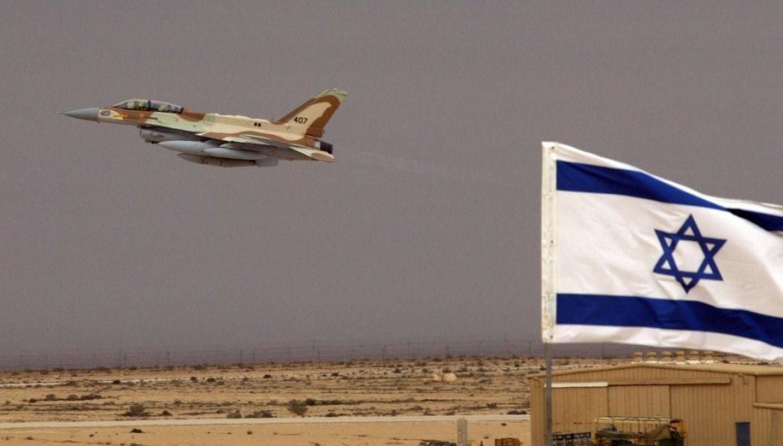 Самолет взлетает с израильского военного аэродрома