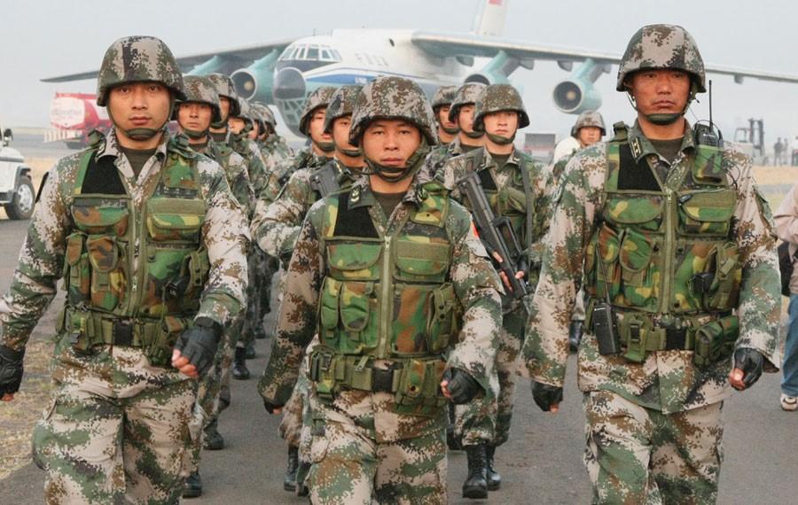 Солдаты Китае в аэропорту Каракаса