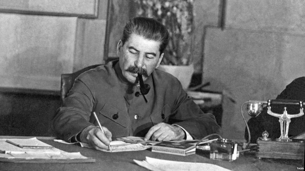 Сталин с трубкой за столом