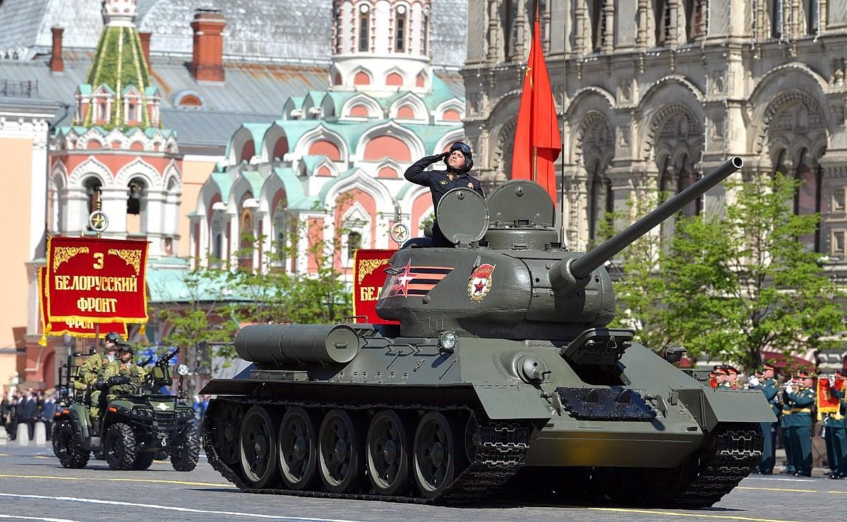 Танк Т-34-85 участвует в Параде
