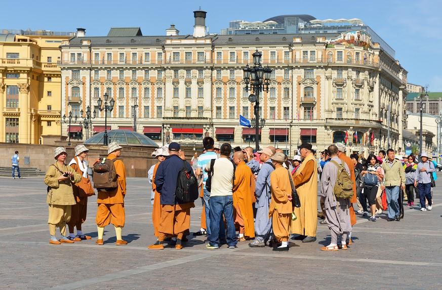 Туристы на площади Петербурга