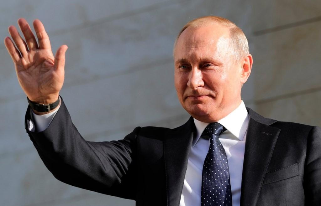 Владимир Путин приветствует народ