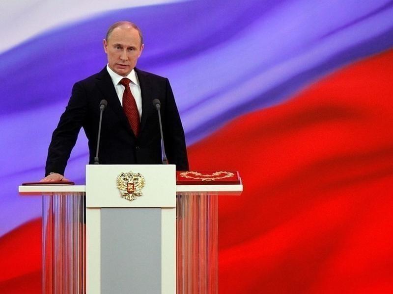 В.В.Путин на фоне российского флага