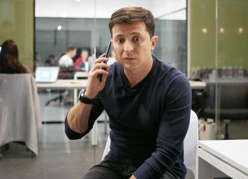 Зеленский говорит по телефону