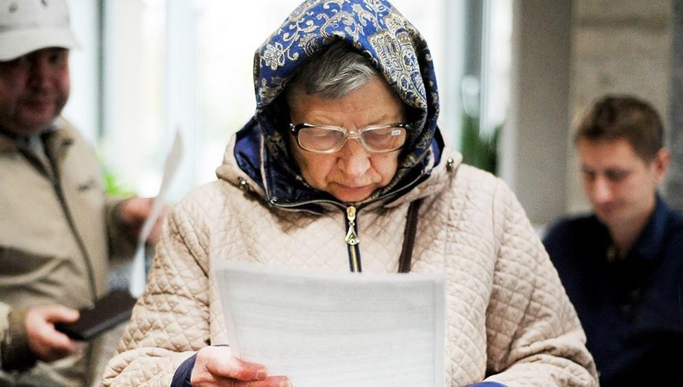 Бабушка смотрит счета