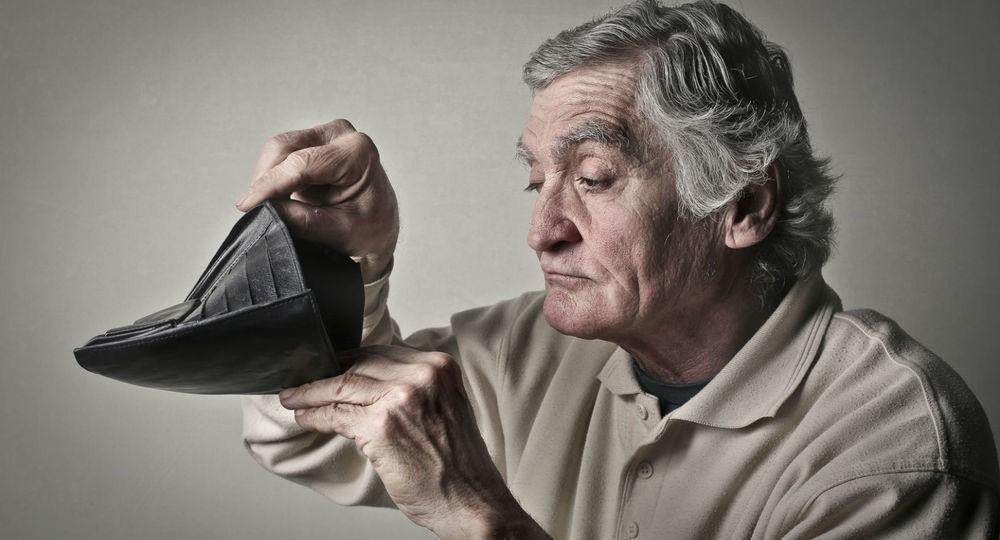 Дедушка заглядывает в пустой кошелек