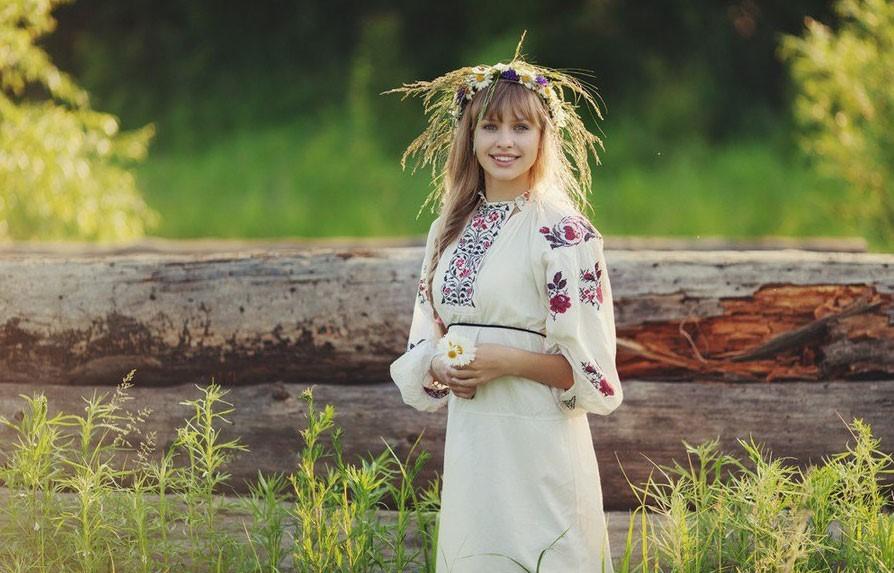 Деревенская девушка на природе