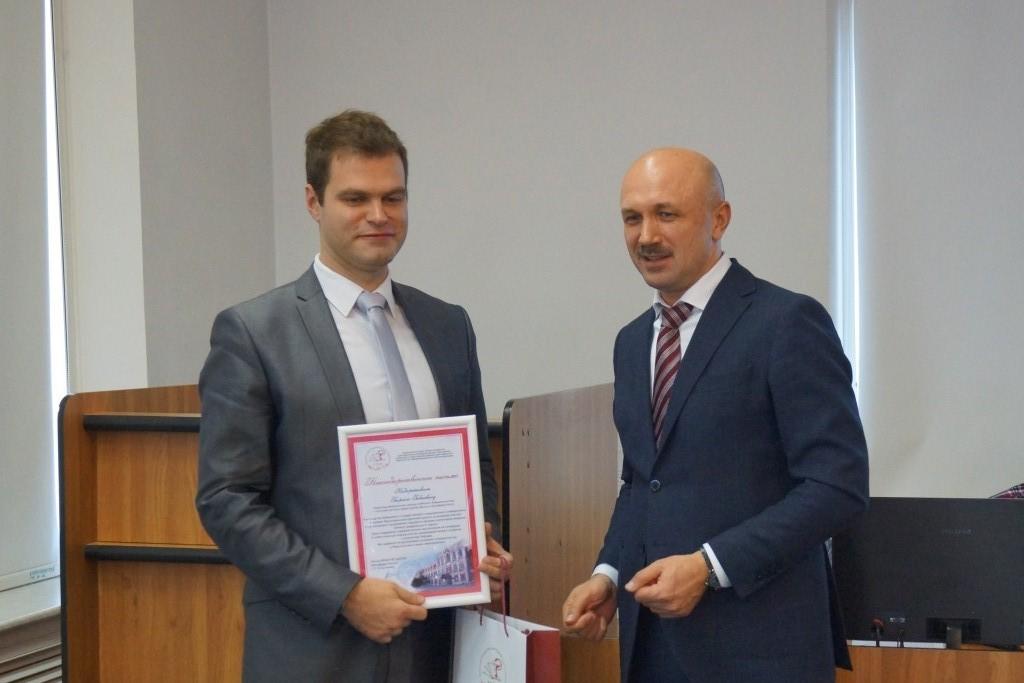 Георгий Недарейшвили получает диплом