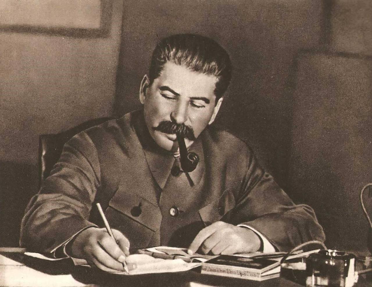 Иосиф Виссарионович пишет и курит трубку