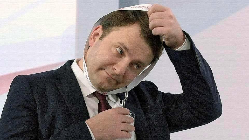 Максим Орешкин одевает бейджик