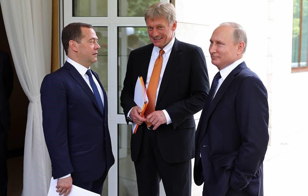 Медведев беседует с Путиным
