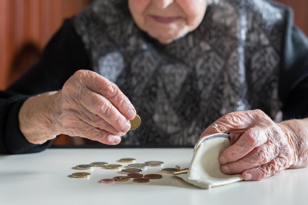 Пенсионер, считающий копейки до пенсии