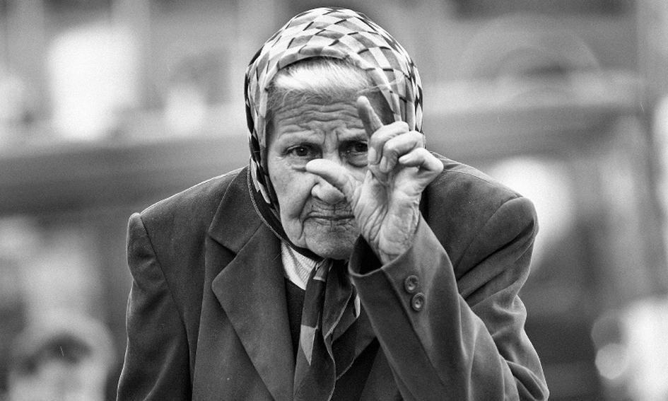 Пенсионерка показывает размер пенсии