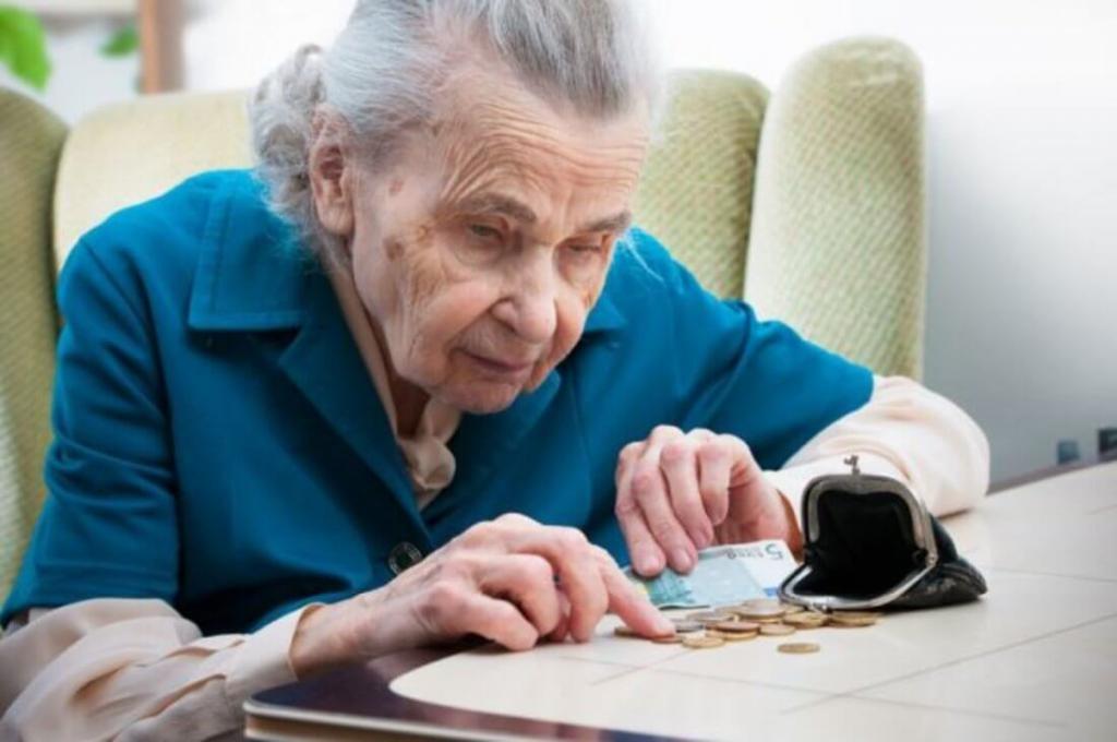 Пенсионерка считает последние копейки